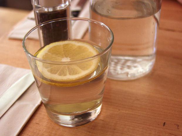 טיפול טבעי במיגרנה מחייב שתייה מרובה